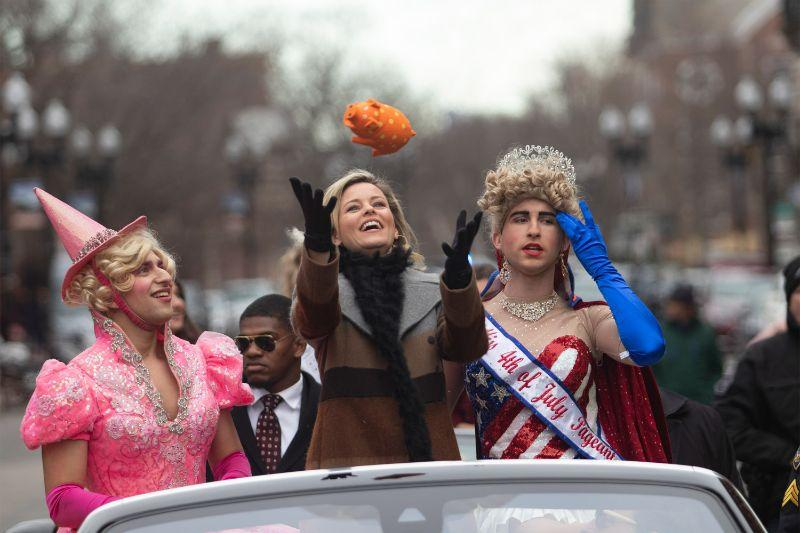 Hasty Pudding's Woman of the Year Elizabeth Banks catches a stuffed pig during the parade with Eli Russell '20 (left) and Scott Kall '20.