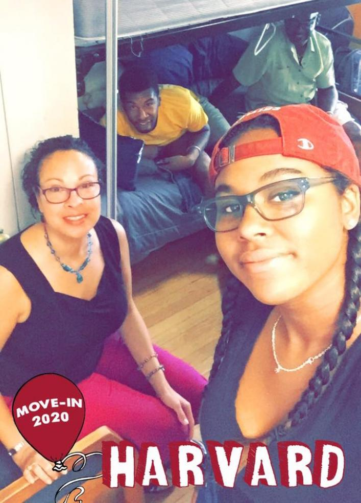 student and her family moving into her freshman dorm room